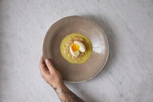 ריזוטו קולורבי, ביצה עלומה ורוטב בר ברלאן (חמאה לבנה) וגרניום