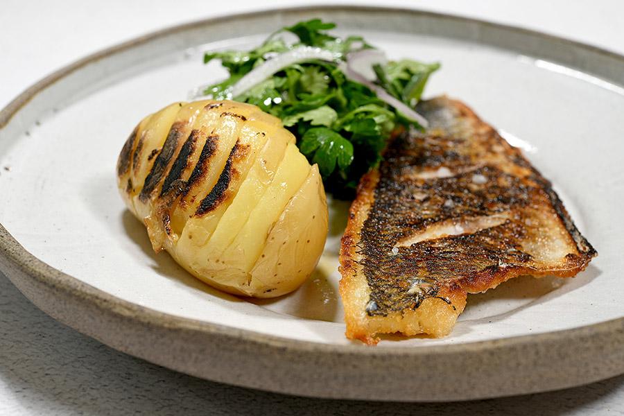 פילה דג צרוב עם סלט עשבי העונה ותפוחי אדמה האסלבק ואיולי